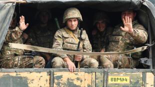 Soldados do Exército de Defesa de Nagorno-Karabakh liderado pela Armênia em um caminhão para Martakert, 29 de setembro de 2020.