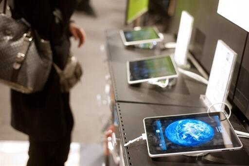 Présentation des tablettes numériques dans un magasin de matériel informatique à Paris.