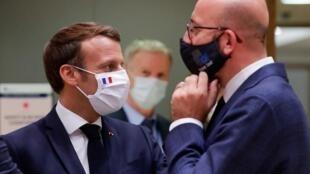 Le président français Emmanuel Macron et le président Conseil européen Charles Michel après la dernière table ronde du sommet européen sur le plan de relance, à Bruxelles le 21 juillet 2020.,