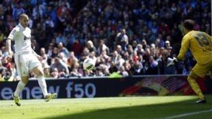 O atacante francês Benzema marcou o segundo gol do Real Madrid.