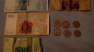 Des dirhams marocains.