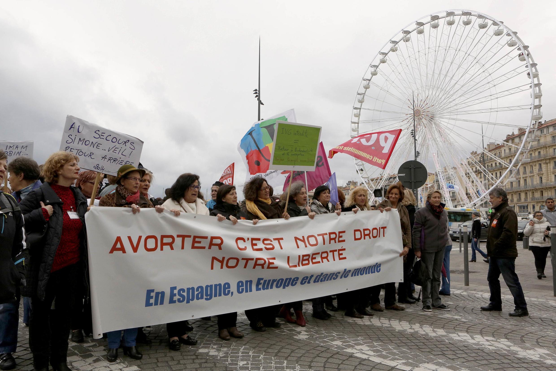 2014年2月1日,法国女权团体在马赛市中心集会,抗议西班牙政府通过的限制自愿堕胎权利的法律草案。横幅上写着: 堕胎是我们的权利,我们的自由,无论在西班牙,在法国,还是在世界。