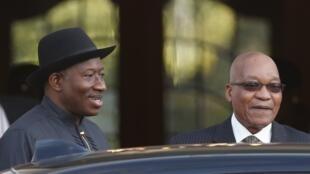 Le président nigérian Goodluck Jonathan (G) et son homologue sud-africain Jacob Zuma au Cap, le 7 mai 2013.
