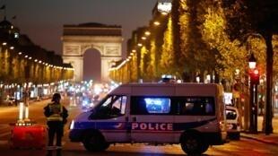巴黎凱旋門前的香榭麗舍大道,20日晚發生恐襲事件。