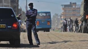 Un policier kényan dans une rue de Nairobi.