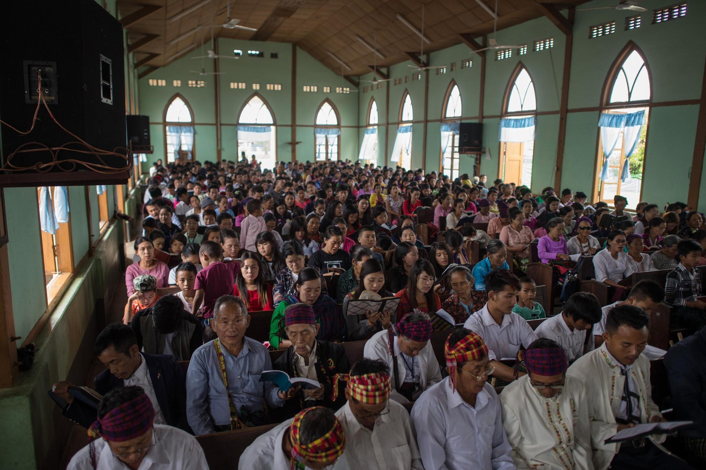 Tín đồ dự thánh lễ tại một nhà thờ ở Myitkyina, bang Kachin, Miến Điện. Ảnh chụp ngày 13/05/2018