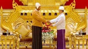 2016年3月30日,缅甸新总统吴廷觉与卸任总统吴登胜在总统府交接权力。