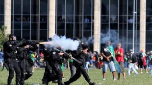 Polícia usa spray de pimenta, bombas de gás lacrimogêneo e cacetetes