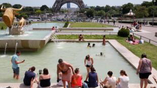 Todos os lugares são bons para se aliviar da onda de calor como nas fontes próximas a torre Eiffel.