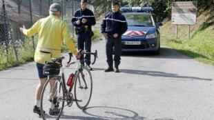 Policiais barram estrada perto de Annecy onde ocorreu a chacina no dia 5 de setembro