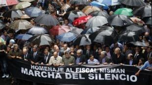 """در تظاهرات  دیروز چهارشنبه ٢٩بهمن/ ١٨فوریه، بیش از ٤٠٠ هزار نفر در """"بوئینس آیرس"""" در سکوت و زیر باران دست به راهپیمایی زدند."""