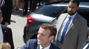 Alexandre Benalla (d) avec le président Emmanuel Macron au Touquet (Pas-de-Calais), le 11 juin 2017.