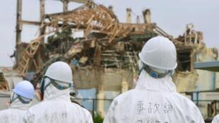 日本政府調查福島核危機的官員2011年6月17日監察東京電力公司福島核電廠第三號核反應堆。