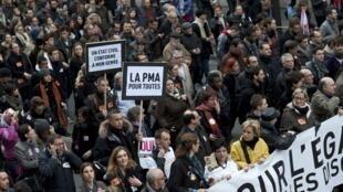 A Paris, la «manifestation pour l'égalité» a débuté place de la Bastille. Homosexuels et hétérosexuels se sont rassemblés afin de manifester pour que les homosexuels puissent -entre autres- recourir à la PMA, procréation médicalement assistée.
