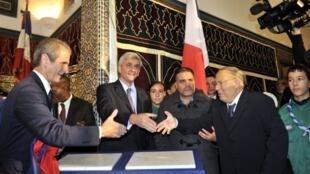 Le recteur de la mosquée de Paris, Dalil Boubaker (d), le ministre de la Défense, Hervé Morin (c) et le secrétaire d'Etat aux anciens combattants, Hubert Falco, lors de l'inauguration de la plaque commémorative dédiée aux musulmans morts pour la France.