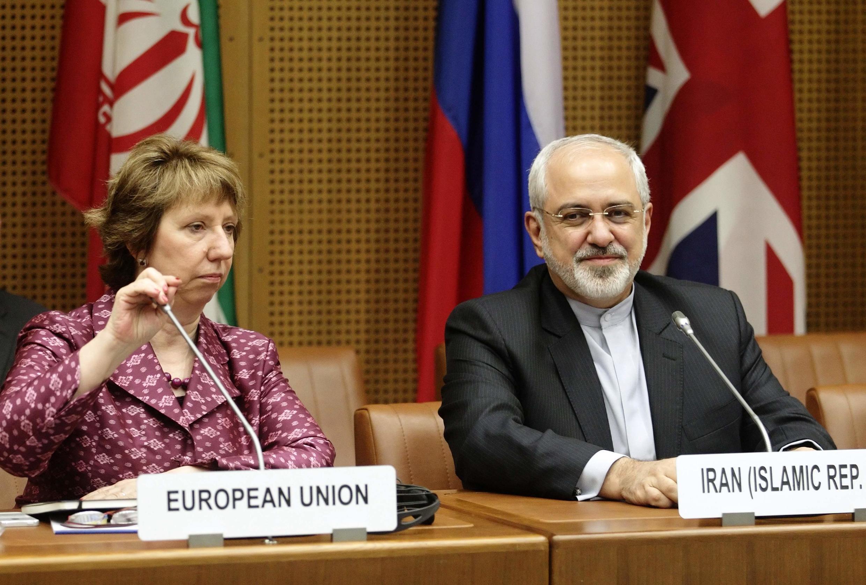 Chefe da diplomacia europeia, Catherine Ashton, e chanceler iraniano, Mohammad Javad Zarif, aguardam início das negociações em Viena.