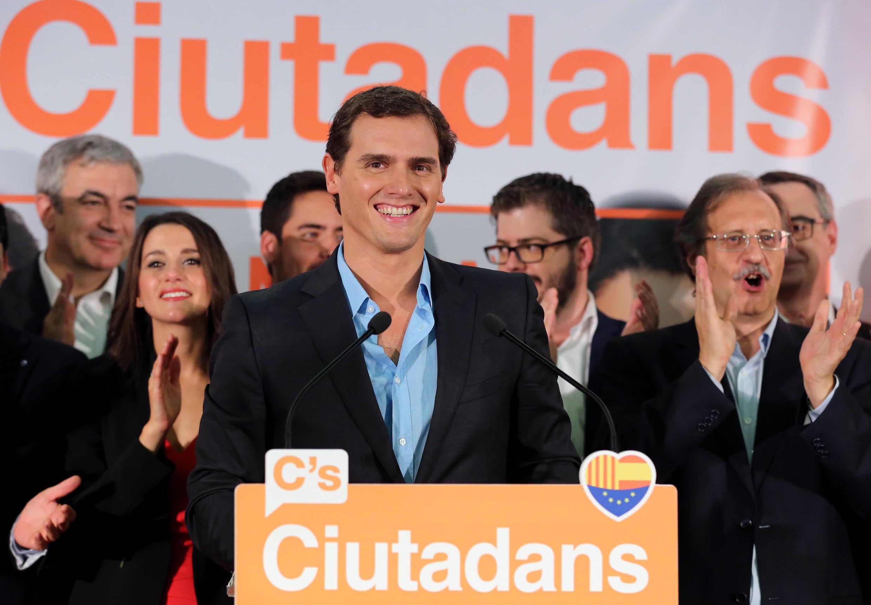 Albert Rivera celebra los resultados de las elecciones regionales junto con la candidata a la Generalitat Inés Arrimadas (iz.), este 27 de septiembre de 2015 en Barcelona.