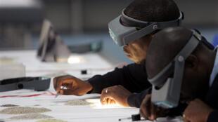 Des tailleurs de diamants à Gaborone.