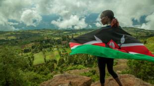 Modèle rouge, vert et noir, les couleurs du drapeau national, lance masaï en guise de logo, la devise kényane, Harambe inscrite sous la chaussure qui ne pèse que 224 grammes.