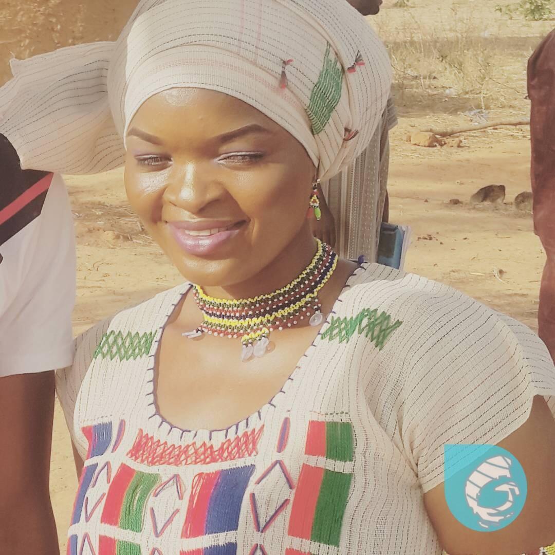 Daya daga cikin mawakan zamani a kasar Hausa Binta Labaran, wadda aka fi sani da Fati Nijar.