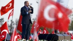 Sau vụ khủng bố đẫm máu tại Ankara 10/10/2015, Tổng thống Recep Tayyib Erdogan trở thành mục tiêu tấn công của đối lập Thổ Nhĩ Kỳ ba tuần lễ trước bầu cử Quốc hội.