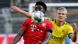 Alphonso Davies et Erling Haaland, lors de la rencontre entre le Borussia Dortmund et le Bayern Munich au Signal Iduna Park, le 26 mai 2020.