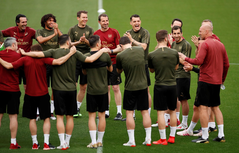 Игроки «Арсенала» взнак солидарности сГенрихом Мхитаряном решили выйти натренировку перед матчем вфутболках сего фамилией. Однако позже УЕФА запретила футболистам эту акцию