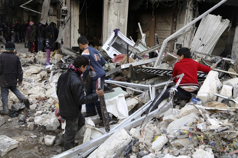 Treze pessoas, entre elas duas crianças, morreram nesta terça-feira (17) em novos ataques aéreos contra um bairro rebelde de Aleppo.