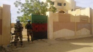 Des soldats de la Minusma montent la garde devant le siège du gouverneur de Kidal, le 15 novembre 2013.