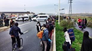 ជនអន្តោប្រវេស្តន៍ចាកចេញពីជំរំ នៅតំបន់កាឡេ(Calais)នៅព្រឹកព្រលឹមថ្ងៃចន្ទ២៤តុលា