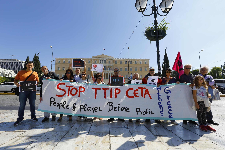Des manifestants contre le TTIP, à Athènes, le 10 octobre 2014.