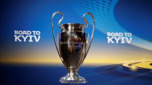 Chiếc Cúp C1 danh giá nhất bóng đá châu Âu trong lễ bốc thăm bán kết hôm 13/04/2018 tại trụ sở UEFA, Nyon, Thụy Sĩ.
