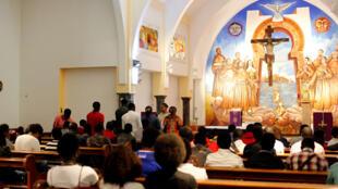 Des migrants africains chrétiens prient dans une église avant la visite du pape à Rabat.