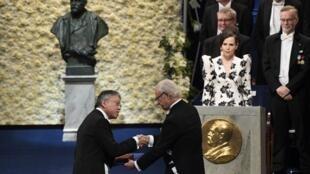 Le 10 décembre 2017, Kazuo Ishiguro, écrivain britannique d'origine japonaise, (G) recevait à Stockholm le prix Nobel de littérature 2017.