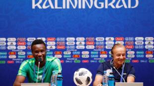John Obi Mikel et Gernot Rohr, respectivement capitaine et sélectionneur de l'équipe du Nigeria, le 15 juin 2018 à Kaliningrad, avant leur match de Coupe du monde 2018 face à la Croatie.