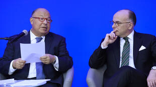 Dalil Boubakeur, recteur de la Grande mosquée de Paris (G), et Bernard Cazeneuve, ministre de l'Intérieur, ce lundi 21 mars 2016 à Paris, lors de la deuxième rencontre de «l'instance de dialogue avec l'islam de France».