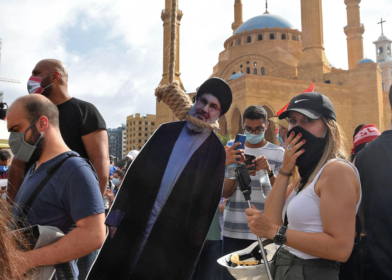 """""""انتقام"""" از رهبرانی که معترضان فاسد و ناکارآمد می دانند یکی از شعارهای محوری تظاهرکنندگان است که در میادین شهر تصاویر میشل عوون، رئیس جمهوری، و حسن نصرالله رهبر حزب الله لبنان، را به طور نمادین به دار می کشند."""