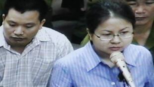 Hai luật sư Nguyễn Văn Đài và Lê Thị Công Nhân trước Tòa án Hà Nội ngày 11/05/2007. Chụp qua màn ảnh truyền hình.