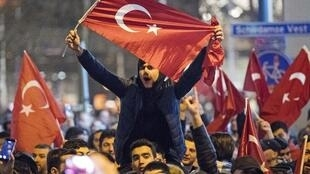 تظاهرات هواداران اردوغان مقابل کنسولگری ترکیه در روتردام. شنبه١١ مارس ٢٠۱٧