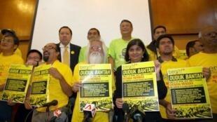 Ambiga Sreenevasan, (2nd droite), leader du groupe de pression Bersih 2.0 tient une affiche pour signaler le Bersih 3.0, le 4 avril 2012.