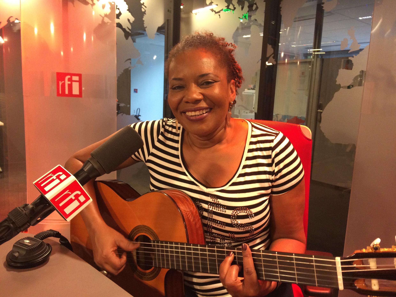 A cantora Margareth Menezes no estúdio 21 da RFI