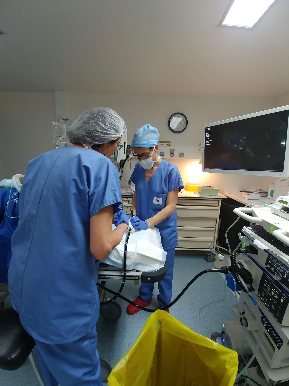 Médica checa dispositivo durante realização do procedimento