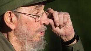 """Fidel Castro chama repatriamento de ciganos ilegais na França de """"holocausto racial""""."""