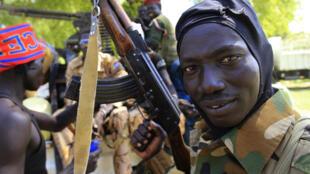 Soldado do exército do Sudão do Sul segura metralhadora em Bor, 180 km a noroeste da capital Juba, em foto desta quarta-feira, 25 de dezembro de 2013.
