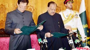 Pakistan : Ông  Imran Khan (T) cạnh tổng thống  Mamnoon Hussain trong buổi tuyên thệ nhậm chức thủ tướng ngày 18/08/2018 tại Islamabad.