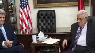 Le secrétaire d'Etat américain John Kerry (g) et le président de l'Autorité palestinienne, Mahmoud Abbas, à Amman, le 24 octobre 2015.