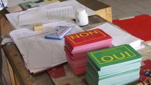 Les citoyens congolais avaient le choix entre un bulletin vert et un bulletin rouge pour le référendum du dimanche 25 octobre.
