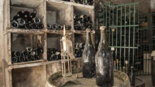 Две бутылки желтого вина урожая 1774 года в погребе Commandant Grand в Арбуа. 22 мая 2018 г.
