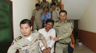 Les deux hommes, souvent considérés comme des boucs émissaires, à la cour d'appel de Phnom Penh le 27 décembre 2012.