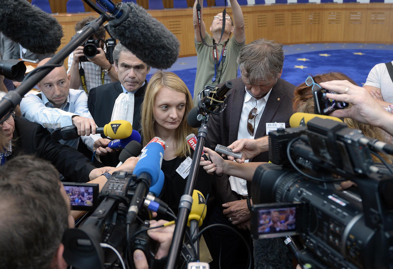 A esposa de Vincent Lambert, Rachel, após o anúncio do parecer favorável da Corte Europeia dos Direitos Humanos à suspensão da alimentação e hidratação de seu marido no dia 5 de junho de 2015.